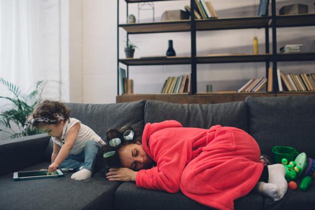 maman fatiguée à cause de bébé qui ne fait pas ses nuits